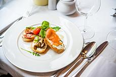 Salmon plate with 2 pair of knife one glass